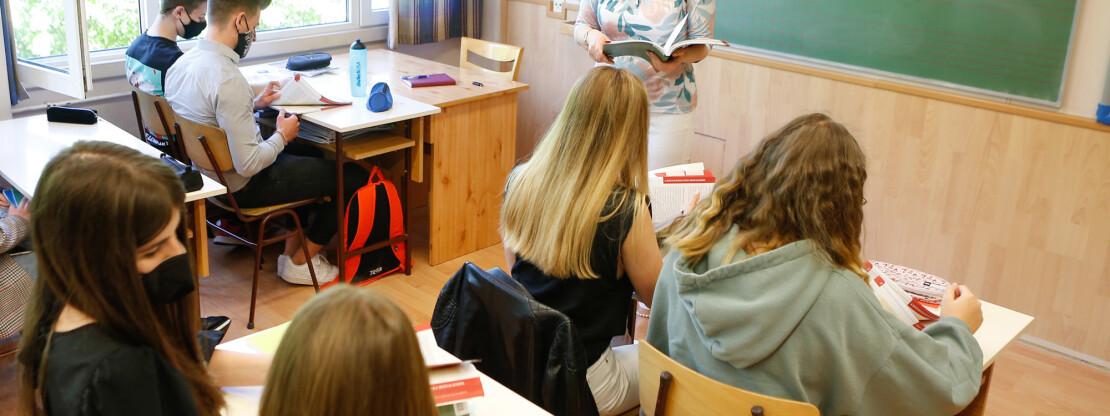 Kevesebb iskolában tanulnak online jövő héten